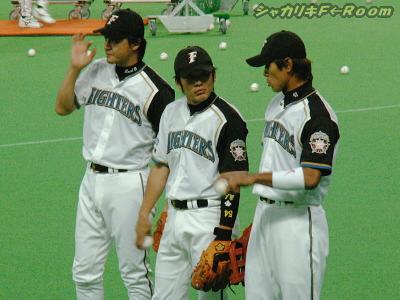 試合前から絡み始めた、夜の3人組w…絶対良からぬ話をしてそうに見えてしまうw( ̄m ̄*)