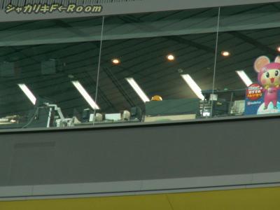 真ん中の黄色いヘルメットがヒッチョンw…ネット裏の高い位置にある放送席です。