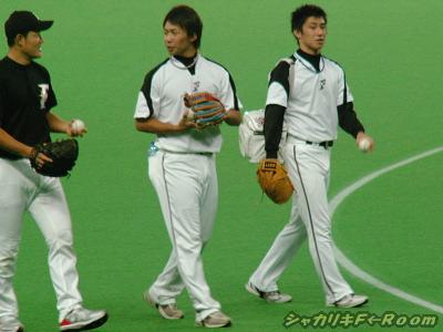 期待の若手3人衆・吉川クンは左手で球投げしながら歩いてましたヨ。