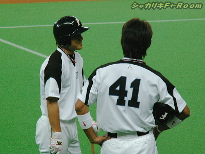 平野コーチと作戦会議中のケンちゃんとイナバさん