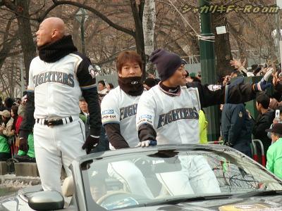 続く2台目のオープンカーは、賢介・稀哲・信二の3人!