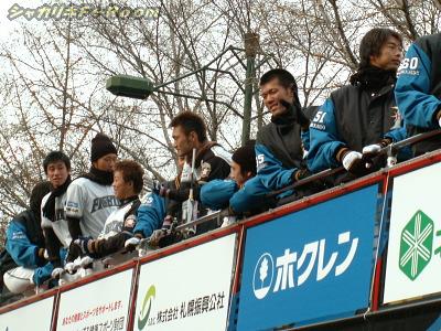 バスは若手中心…手前から歌藤・木下・今浪・工藤・鶴岡・渡部・吉川!