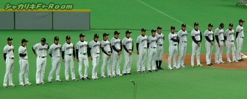 整列する投手陣。