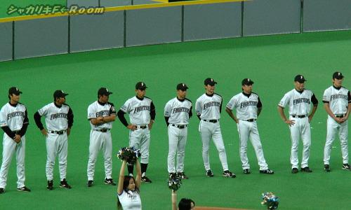 整列するコーチ陣。