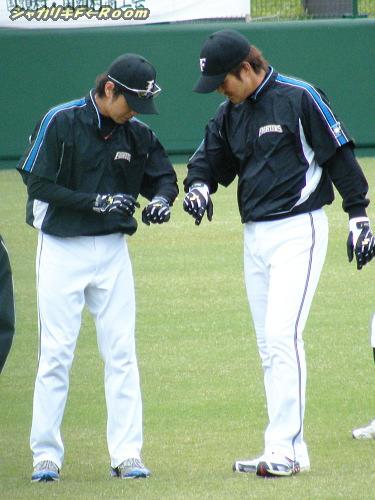 色違い?手袋を見比べるマサル子&シンズィ