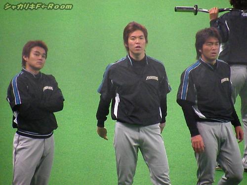 険しい顔でどっか見てる投手陣。