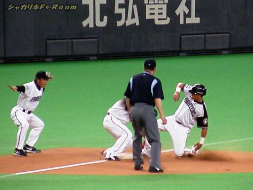 ギリギリタッチアップ(汗)…結果好走塁のスレッジ。