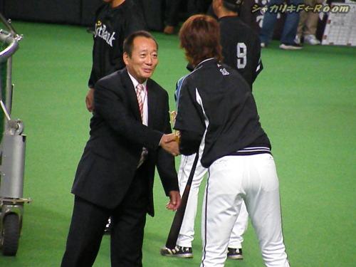 高木豊さんと握手のおダル様。