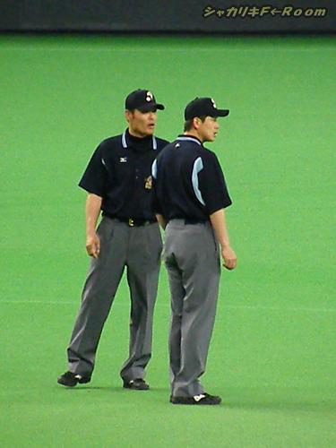 マニアの為の、3塁審判・川口さんとの視線の先は1塁審・白井さん。