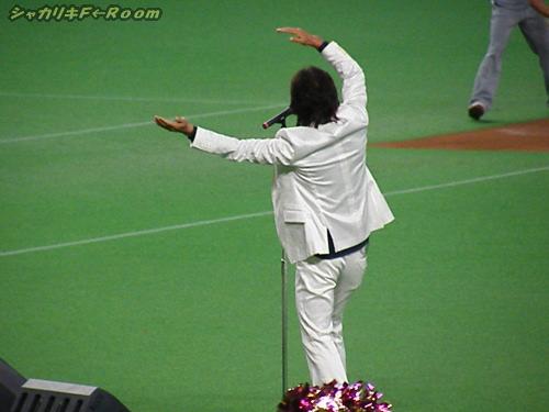 白いスーツが似合うあたり、やっぱスター!