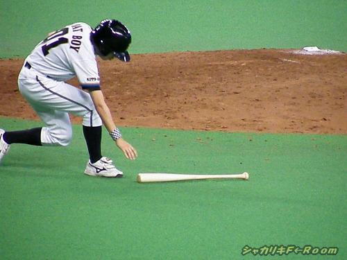 バットは前に飛んだが、ボールは後ろに転々…マック振り逃げってw!