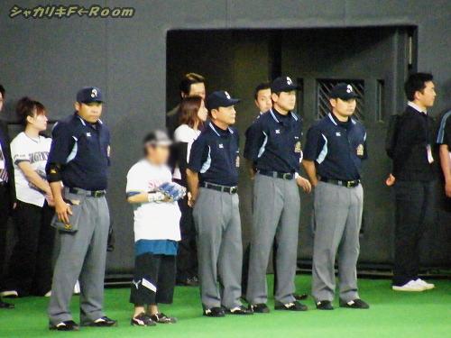 マニアの為の、試合前の審判全員集合。(主審・栄村さん、カメラ目線?)