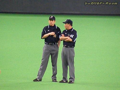 マニアの為の、2塁審・林さんに指導を受けるの図。