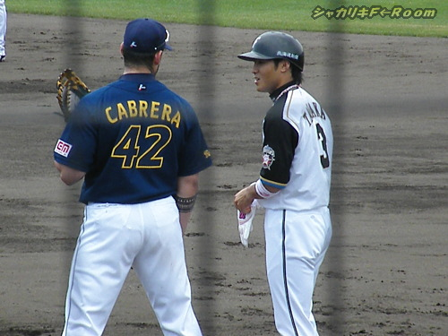 ケンタン出塁に、早速話しかけるカブレラw。
