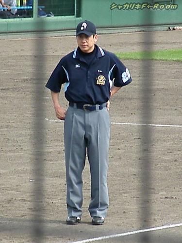 マニアの為の、球審治療中につき代わりに「あと1球」の3塁審。