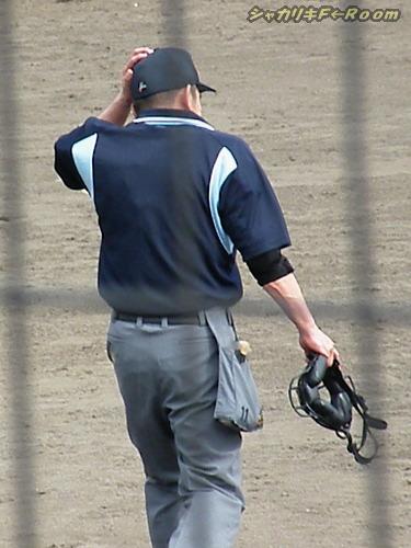マニアの為の、打球が頭をかすめてフラフラの中村氏。