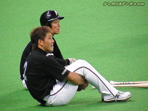 ボッツの打撃練習を眺める、小田&信二。