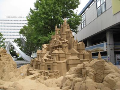 駅前に砂像1