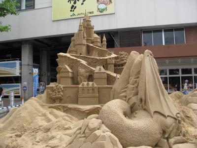 駅前に砂像2