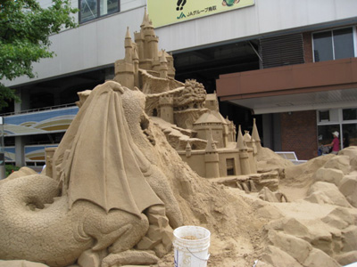 駅前に砂像3