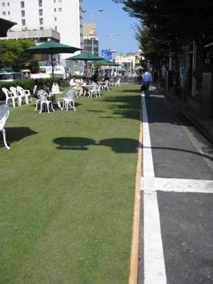 駅前に芝生広場4