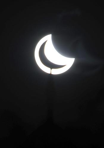 モスクのミナレットと日食が重なった