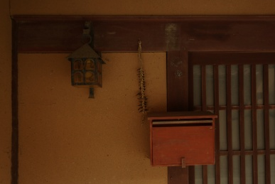 ベンガラの家の玄関