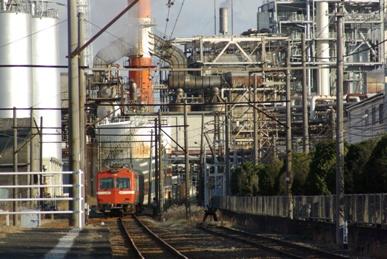 工場に吸い込まれる電車