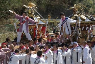 菖蒲神輿と八沢神輿の競りあい