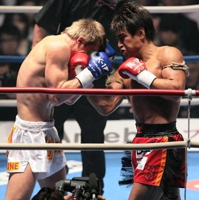 キシェンコ(左)と打ち合う魔娑斗