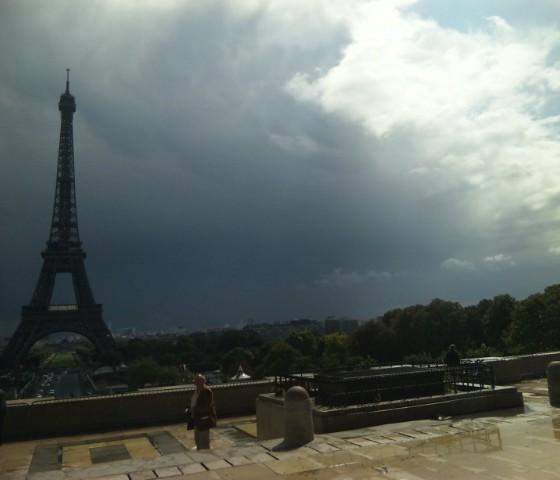 曇り空のエッフェル塔