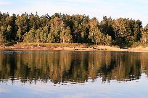 西日の朱鞠内湖