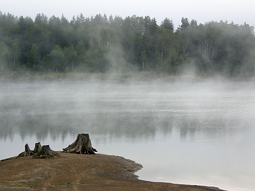 朝靄の朱鞠内湖