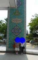 イスラムアート美術館前で気取る?