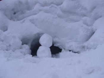 かまくら(つぶれかけ)と雪だるま