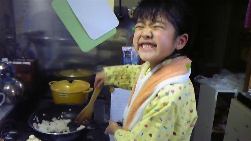 はな 笑顔で調理中