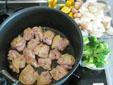 玉ねぎ・マッシュルームを炒めてから鶏肉を炒めて