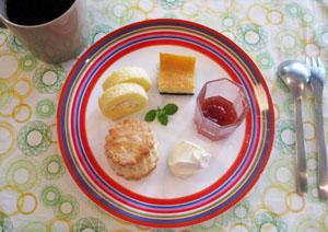 りんごのミニロールケーキ・ホワイトチョコチーズケーキと、スコーンと♪