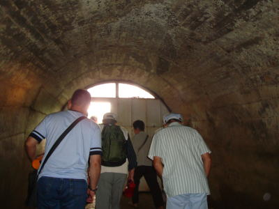 地下壕外へ