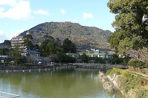 池の向こうに城山♪