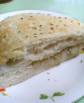 玉ねぎパンひときれ