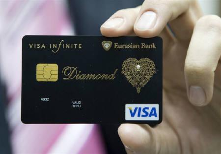 ユーラシアン・バンク(カザフスタン)発行、ダイヤモンドを埋め込んだVisa Infinite カード。