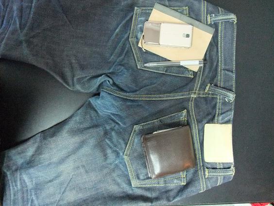 Sometデニムの裏側に2つ折り財布(ロエベ(LOEWE)のナッパ)と携帯(DoCoMo_F906i)とメモ帳(無印のメモ帳とボールペン)