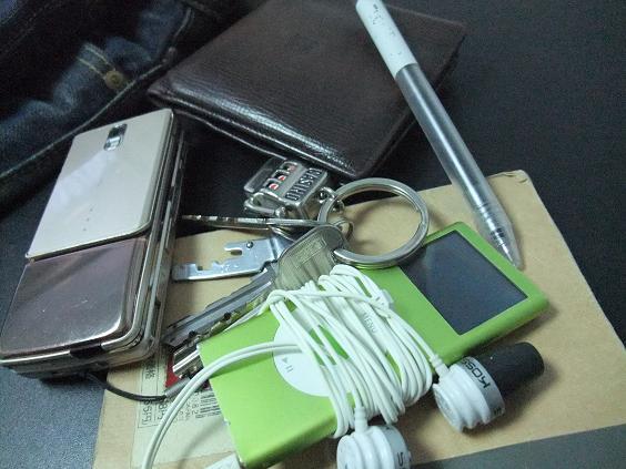 必須の鍵(キーリングに鍵×3と自転車の鍵)・携帯(DoCoMoのF906i) 、財布(ロエベ(LOEWE)のナッパ)、そして余裕があればiPod(iPod nano 第2世代)・メモ帳(無印のメモ帳、ペンも無印)くらい