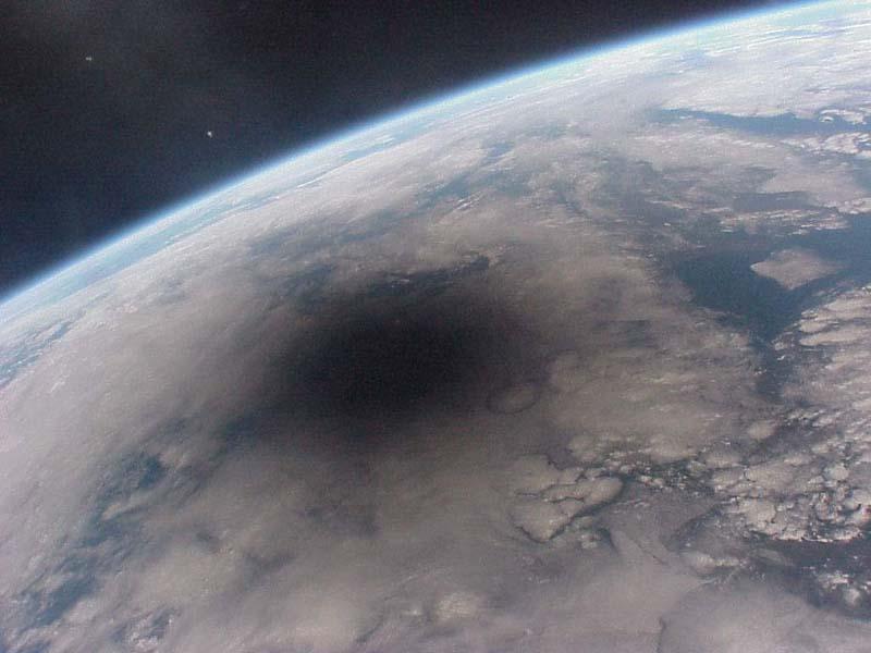 日食: 山狩と暴風雨で有名な、皆既日食のトカラ諸島。