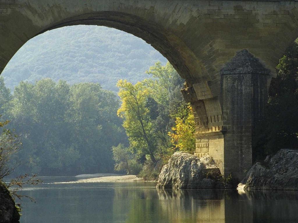 橋を渡る水
