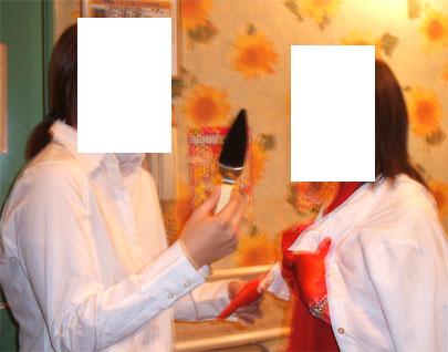 白いシャツと赤いドレス