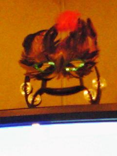 テレビの上で見守る仮面