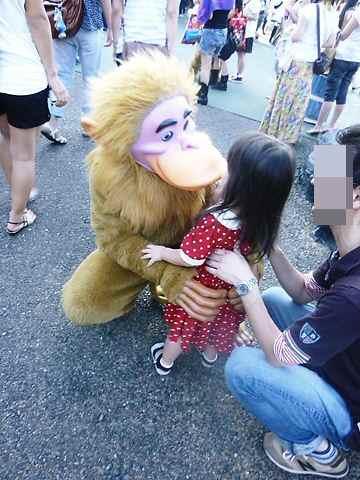 お猿さんにチュッ