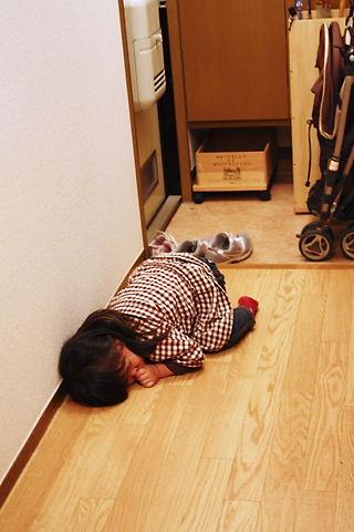 10/28 廊下で熟睡中…
